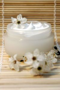 Cream_w_white_flowers_2